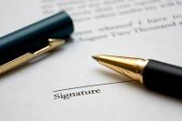 długopis leżący na umowie